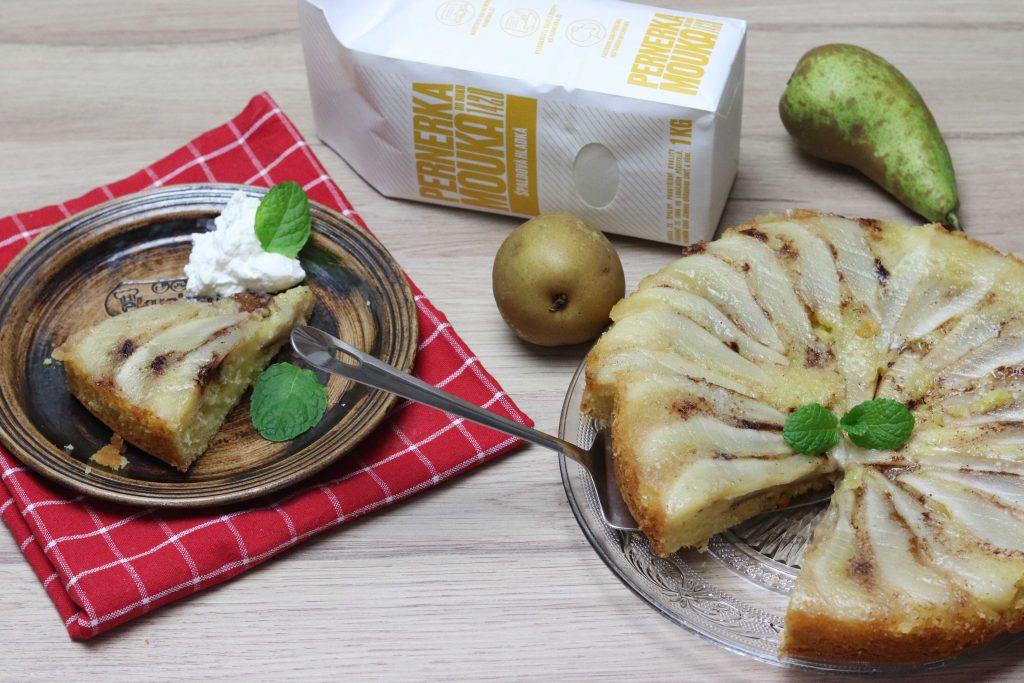 Obrácený koláč s hruškami ze špaldové mouky Pernerka